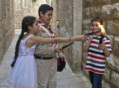 Palestinian children holds candeles — Stock Photo