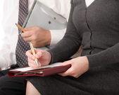 женщина и мужчина писать пером на бумаге изолированный — Стоковое фото