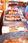 烤的香肠和肉在烧烤架上 — 图库照片
