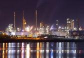 нефтехимический завод в ночь — Стоковое фото