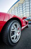 Rode sport auto wiel — Stockfoto