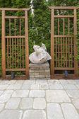 Escultura de pez koi asiáticos en patio jardín — Foto de Stock
