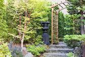 Garten eingang mit arbor und stein-stufen — Stockfoto