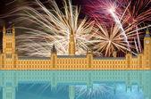 Kungariket england londons silhuett med fyrverkerier — Stockfoto