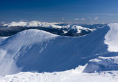 På den snötäckta bergskedjan. — Stockfoto
