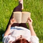 rudy piękna dziewczyna czytając książkę w przyrodzie — Zdjęcie stockowe