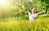όμορφη κοπέλα, απολαμβάνοντας τον ήλιο του καλοκαιριού — Φωτογραφία Αρχείου