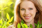 Skönhet flicka i naturen — Stockfoto