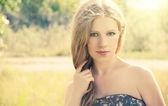 Piękna młoda kobieta na charakter lato — Zdjęcie stockowe