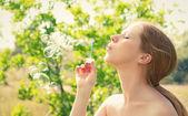 Krásy dívka a bubliny na povaze — Stock fotografie