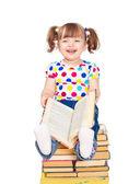 Uma menina sentada numa pilha de livros isolado — Foto Stock