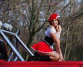 その赤い車にセクシーな女の子. — ストック写真
