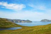 Laghi blu e muschio sulle colline di estate agostino. — Foto Stock