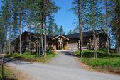 Restaurante finlandesa en medio de bosques de pinos, ukonkivi — Foto de Stock
