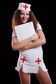 Infirmière souriante avec un dossier — Photo