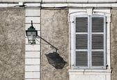 Lámpara de calle y su sombra en un día soleado — Foto de Stock