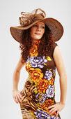 Linda em um vestido de verão e um largo-borda — Foto Stock