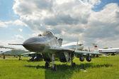 Aviones militares en el campo de aviación — Foto de Stock