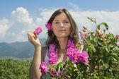 バラの分野で美しい少女 — ストック写真