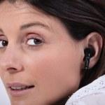 femme portant des écouteurs — Photo