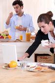 Par som äter frukost innan arbetet — Stockfoto