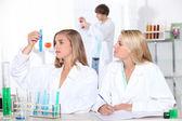 Studients v laboratořích — Stock fotografie