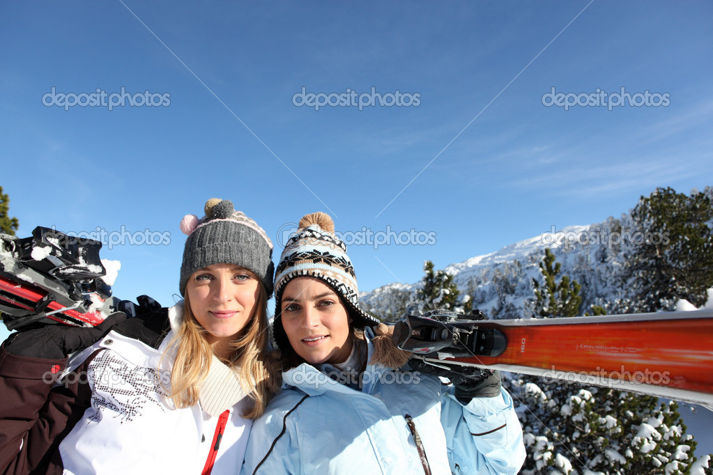 Girlfriends on a ski trip — Stock Photo #10834736