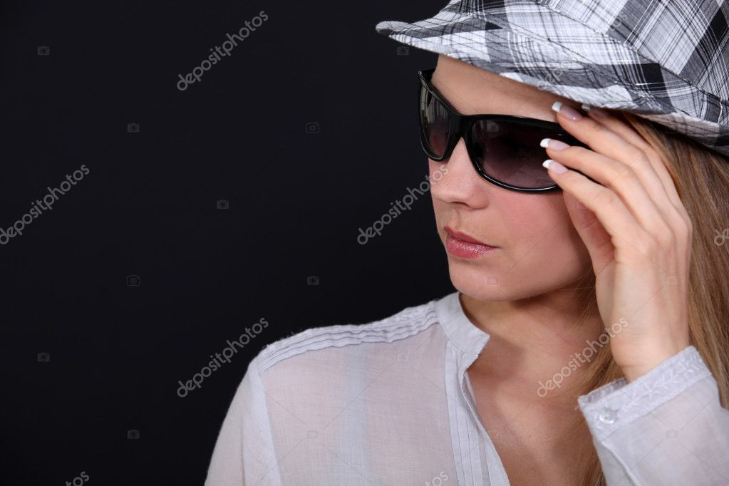 Woman with hat and sunglasses — Zdjęcie stockowe #10835177