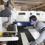 在一家工厂工作的人 — 图库照片