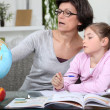 Mother teaching daughter geography - Foto Stock