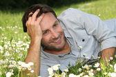 Choinki w nocymężczyzna leżał na trawie — Zdjęcie stockowe