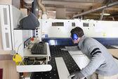 Homem que trabalha em uma fábrica — Foto Stock