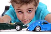 Garoto jogando com carros de brinquedo — Foto Stock
