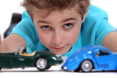 Kleiner junge spielt mit spielzeug-autos — Stockfoto