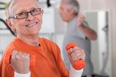 Starszy kobieta na siłowni — Zdjęcie stockowe