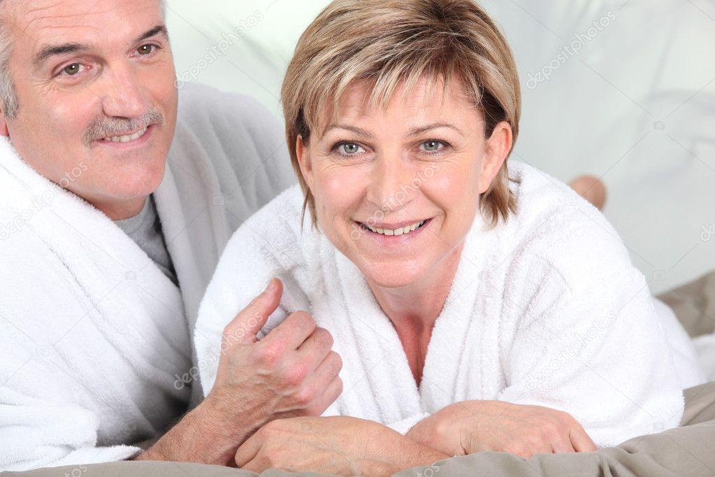 Старые в халатах в постели фото фото 539-350