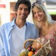 Couple shopping at the local market — Stock Photo