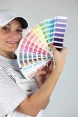 Kobieta dekorator z próbki farby — Zdjęcie stockowe