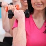 ženy cvičit s činkami — Stock fotografie