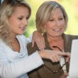 Mother and daughter on the computer — Stockfoto