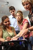 Professor explicando o trabalho de alunos adolescentes — Foto Stock