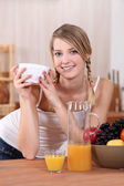Adolescent eating breakfast — Stock Photo