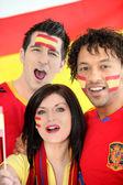 Vänner som stöder det spanska fotbollslaget — Stockfoto