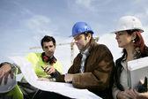 Trabajadores de la construcción discutiendo los planes de — Foto de Stock