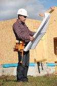 Caporeparto supervisionando costruire casa — Foto Stock
