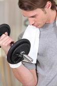 Hombre de levantamiento de pesas — Foto de Stock