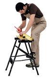 Operário, marcando uma medição numa prancha de madeira — Foto Stock