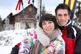 Couple on a skiing vacation — Stock Photo
