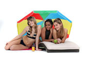 Three female friends at the beach. — Stock Photo