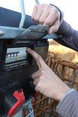 Człowiek włączanie skrzynki bezpiecznikowej — Zdjęcie stockowe